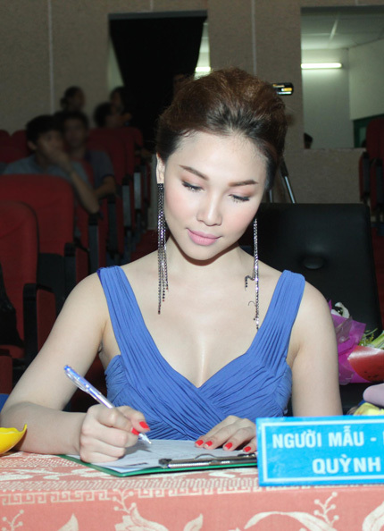 Nữ diễn viên - người mẫu khá căng thẳng khi phải đưa ra quyết định cho ngôi vị cao nhất.