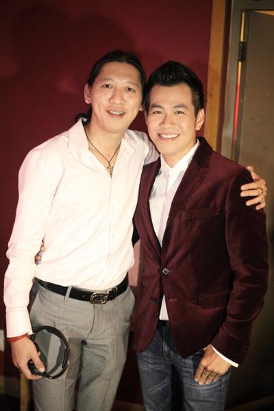 Nhạc sĩ Hà Quang Minh và Hồ Trung Dũng chụp ảnh kỷ niệm.