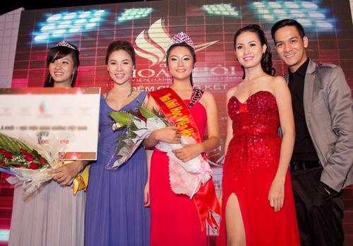 Các giám khảo chụp ảnh lưu niệm cùng Hoa khôi và Á khôi 1 của cuộc thi.