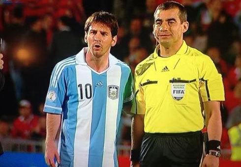 Trọng tài xin chụp ảnh cùng Messi.