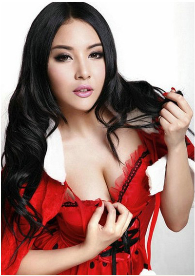 Born in 1991, Li Yuanjing is the youngest one on our list. She is a member of New Girls, the best and biggest beauty team in the online game advertisement. She is famous for starring in numerous online games promotions. In addition, she is a model with Moko.cc. Her photos put her on a goddess pedestal in the hearts of many fans.
