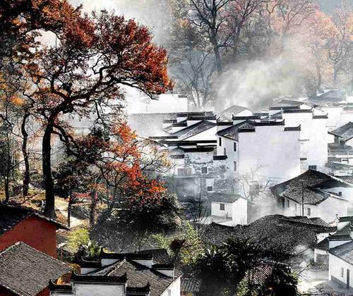 Các công trình kiến trúc ở Vụ Nguyên đều có giếng trời, bên trên bắc xà phơi từng chùm ớt đỏ, các loại ớt thái và thóc đều được phơi bằng nong.