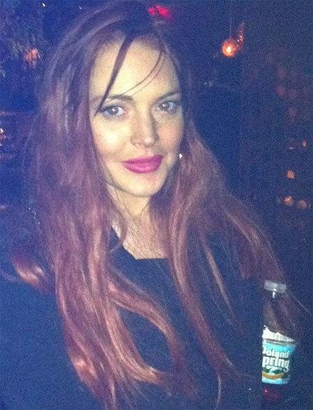 Lindsay đầu bù tóc rối và chếnh choáng say tại hộp đêm trước khi cô đánh một phụ nữ.