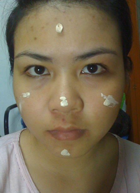 Chấm đều kem nền lên 5 điểm chính trên khuôn mặt và tán đề.