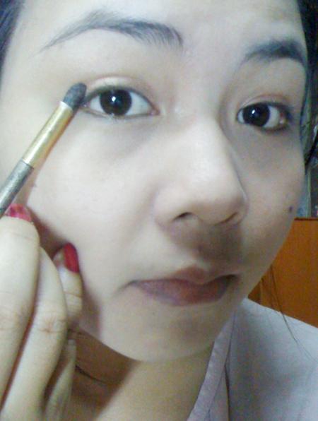 Đánh phấn mắt bằng màu nâu với 3 màu (vàng nâu nhạt, nâu, nâu sậm) tạo chiều sâu.