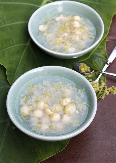 Bát chè với hương sen phảng phất cùng với hương thơm của cánh đồng lúa chín.