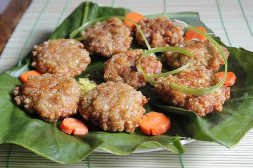 Món ăn cổ truyền của người Hà Nội với vị thơm riêng của cốm làng Vòng quyện với thịt xay, chiên thành từng miếng dẹp vừa thổi vừa ăn với bún đậu mắm tôm thì ngon tuyệt.
