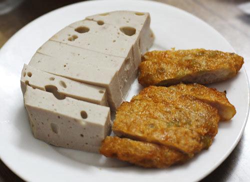 Làm chả cốm không khó, chỉ hơi lích kích một chút, nhưng bù lại nhà bạn sẽ có một món ăn đặc biệt. Chả cốm có thể ăn chơi hoặc cũng có thể ăn với cơm, xôi, bánh mì.