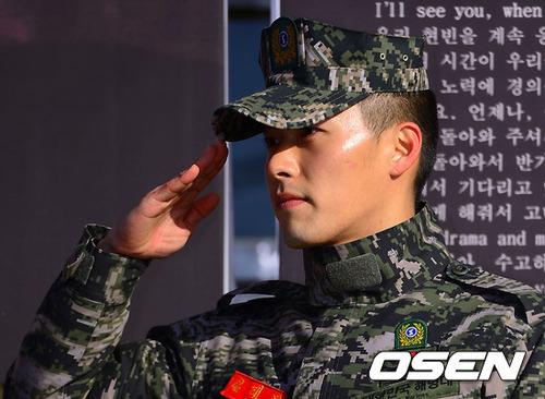 """Trong vòng vây của khán giả, Hyun Bin chia sẻ: """"Tôi đã từng hứa sẽ sớm trở lại cùng mọi người sau 21 tháng với tư cách một người lính hải quân rắn rỏi. Và cho đến giờ phút này tôi nghĩ mình đã giữ được trọn vẹn lời hứa đó trong suốt thời gian tại ngũ vừa qua. Hôm nay tôi đã có thể chào đón các bạn trong một hình tượng rắn rỏi và tự tin hơn trước"""
