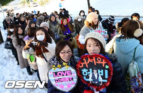 Hàng nghìn fan của Hyun Bin (trong đó phần nhiều là phụ nữ ngoài 30) đã đứng chờ đợi từ sáng sớm, mặc màn tuyết giá lạnh để đón chào sự trở về của thần tượng sau hơn hai năm thực hiện nghĩa vụ quân sự.