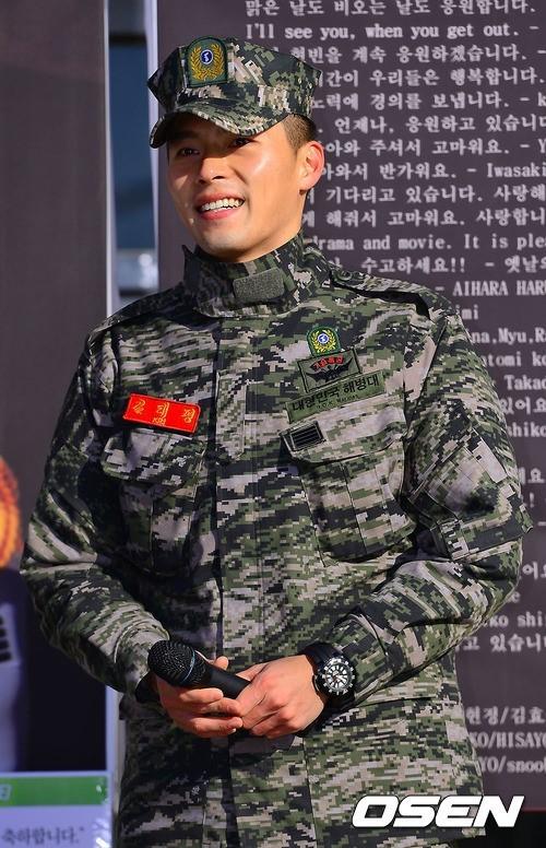 """Hyun Bin bày tỏ mong muốn sớm trở lại với màn ảnh: """"Thời gian qua, vì không thể đóng phim, tôi thường dõi theo các đàn em của mình diễn xuất và suy nghĩ rất nhiều về chính mình. Nhưng giờ đây tôi đã trở lại, và tôi sẽ cho các bạn thấy rằng"""