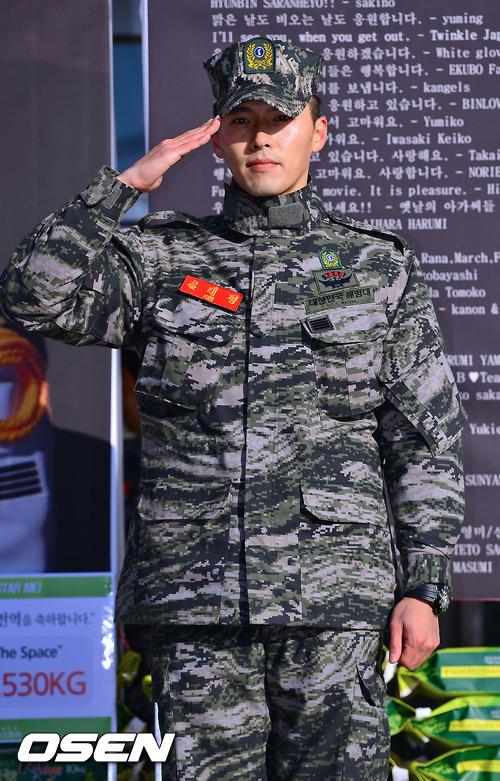 Hyun Bin xuất hiện với bộ đồ lính khỏe khoắn, trông anh rắn rỏi hơn hẳn so với thời gian chuẩn bị nhập ngũ.