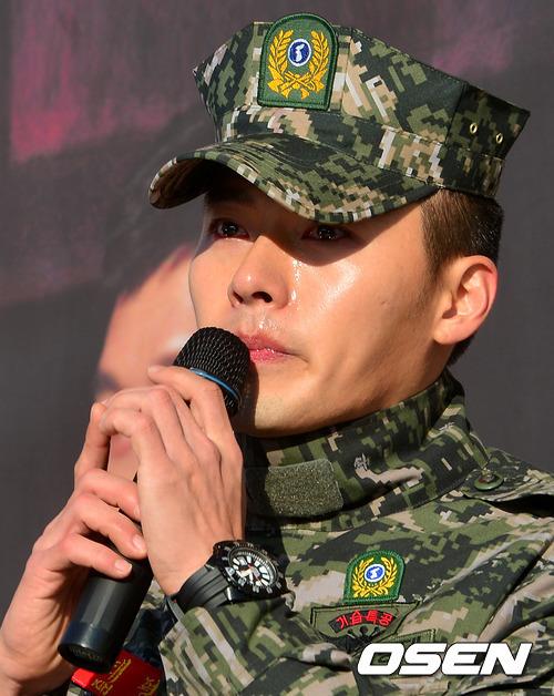 """Nước mắt lăn dài trên gương mặt Hyun Bin, anh không che giấu nổi nỗi xúc động trước tình cảm khán giả dành cho mình. Hyun Bin chia sẻ: """""""