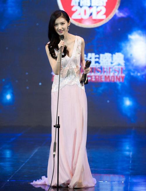 """Tham dự tiệc tối qua, """"mỹ nhân Bắc Kinh"""" Cảnh Điềm thanh lịch và lôi cuốn với bộ đầm dài tha thướt."""