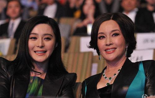 Hai nghệ sĩ nổi tiếng Trung Quốc rạng rỡ trước ống kính.