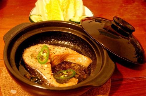 Mùa đông lạnh ăn cá hồi kho tiêu với cơm trắng thật là ấm và ngon. Các bạn có thể chọn cá khác tùy theo buổi chợ.