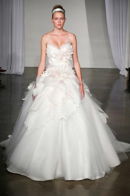 Váy cưới họa tiết hoa cỡ lớn của Marchesa