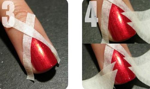 Cắt băng keo giấy theo hình chéo thành hai sợi dài và 4 miếng tam giác nhỏ. Dán keo giấy lên nền móng tạo khoảng hở hình cây thông.
