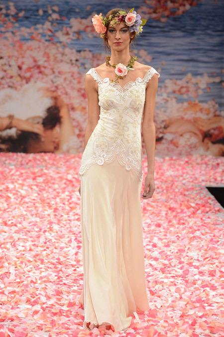 Váy Claire Pettibone luôn ghi được dấu ấn riêng, khác biệt hoàn toàn so với những mẫu váy khác.