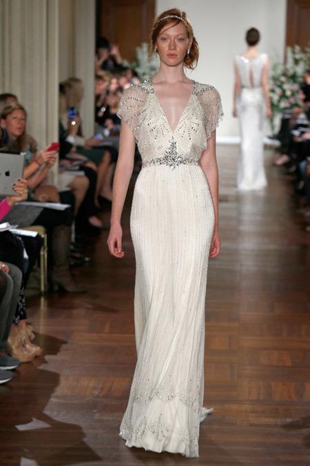 Jenny Packham luôn trung thành với những chiếc váy đính đá cầu kỳ và dáng dạ hội ôm sát cơ thể.