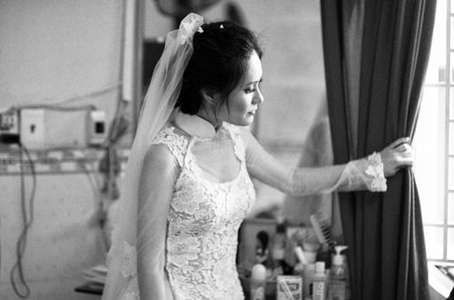 Cô dâu Di Băng cũng hồi hộp và háo hức khi sắp sửa được trở thành nhân vật chính trong nghi lễ quan trọng nhất cuộc đời. Theo phong tục Việt Nam, khi nhà trai đến xin dâu, cô dâu không được góp mặt mà phải chờ các thủ tục xong xuôi, chú rể lên đón, cô dâu mới được xuống nhà chào gia đình, họ hàng.