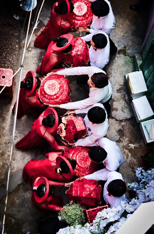 Đội bê tráp nhà trai trao lễ vật ngày rước dâu cho đội bưng tráp của nhà gái.