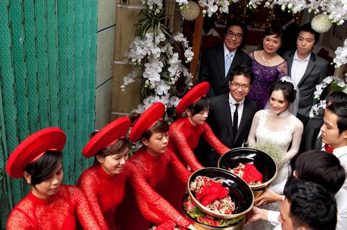 Chú rể rạng rỡ cùng đoàn bê tráp đến nhà gái để làm thủ tục xin dâu. Đôi bê tráp nam diện áo sơmi trắng, nơ đỏ, còn đội đỡ tráp nữ diện áo ren đỏ và đội mấn cao.