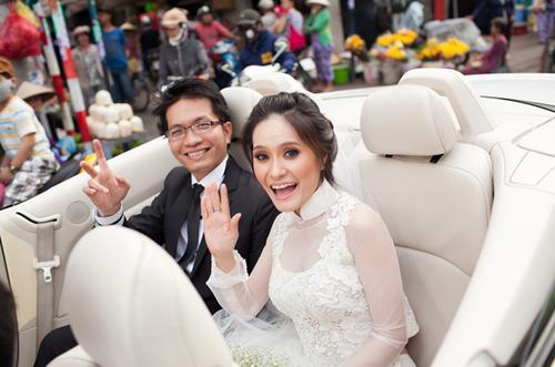 Xe hoa của cô dâu chú rể là xe mui trần, màu trắng được trang trí với nơ ruy băng xanh.