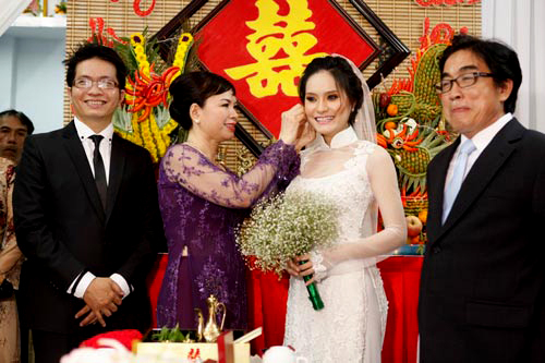 Trong phong tục cưới người Việt, cha mẹ hai bên thường trao tặng nữ trang cưới cho cô dâu trong ngày ăn hỏi hoặc đón dâu. Với đám cưới ca sĩ Di Băng, cô được hai gia đình tặng quà cưới vào ngày thành hôn.