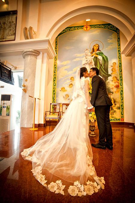 Khăn voan dài chấm gót chính là điểm nhấn giúp cô dâu nổi bật.