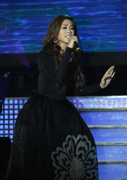 Lâm Chí Khanh chọn trang phục đen trong lần đầu tiên ra mắt giới báo chí.