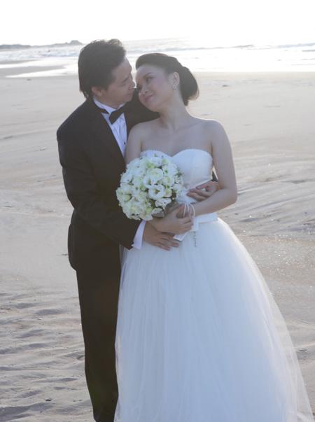 Thu Ngọc và ông xã trong hình ảnh hậu trường chụp cưới.
