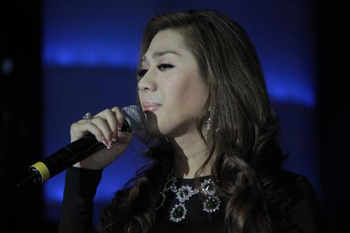 Dịp này, Khanh Chi Lâm giới thiệu single online 'Believe 12' đánh dấu chặng đường 12 năm ca hát. Ngoài ca khúc 'Sóng gió tình ta' của nhạc sĩ Trung Thảo, cô còn tặng kèm bài 'Tan vỡ' do chính mình viết lời Việt.