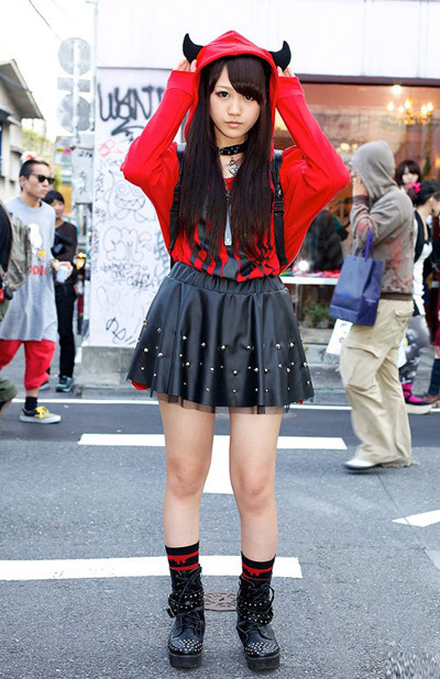 Here is a fun 15-year-old visual kei fan named Ayano who we met in Harajuku. Ayano is wearing a HELLCATPUNKS horned hoodie, studded skirt & studded boots. Her socks are Monomania & her cross necklace is GLAVIL by tutuHA.