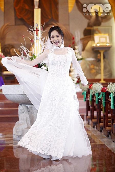 Nhìn từ xa, chiếc áo dài của Di Băng khá giống một chiếc váy dạ hội.