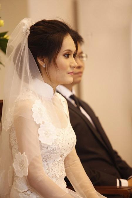 Đoàn Di Băng và chiếc áo dài cô mặc trong buổi làm lễ tại nhà thờ.