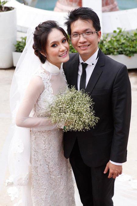 Tông trang điểm nhợt nhạt và kiểu tóc quá đơn giản làm cô dâu kém tươi tắn.