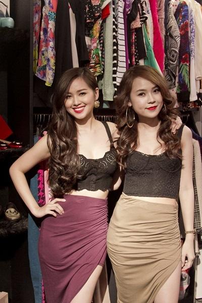 Hai người đẹp cũng rất mê kiểu áo corset bó ngực.