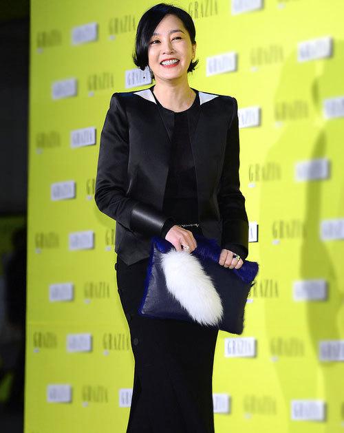 Lee Seung Yeon làm điệu với chiếc túi gắn lông thú.