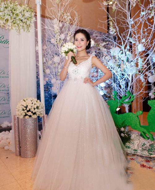 Di Băng chọn chiếc váy trắng dáng công chúa để tiếp khách.