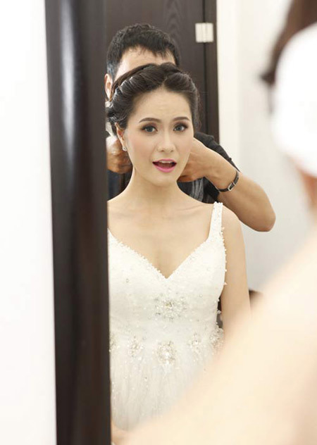 Cô dâu chuẩn bị những bước cuối cùng trước giờ làm lễ cưới. Ảnh: Eva.