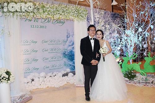 Cô dâu chọn hồng trắng làm hoa cầm tay và trang trí tiệc.