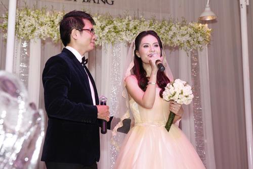 Cô dâu đeo nhẫn, vòng tay và hoa tai trị giá gần 2 tỷ đồng.