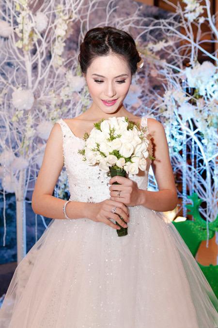 Tông trắng chủ đạo cho cả trang phục, hoa cưới, tiệc cưới lẫn trang sức của cô dâu.