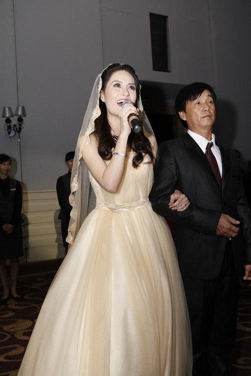Bước vào tiệc cưới, cô dâu thay chiếc váy thứ hai, vẫn dáng công chúa nhưng màu pastel nhẹ nhàng.
