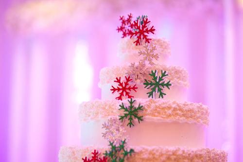 Bánh cưới cũng được trang trí với các họa tiết bông tuyết tượng trưng cho Noel.