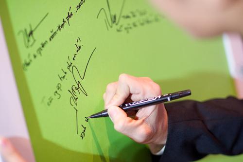 Bảng ký tên và ghi lời chúc cũng được thiết kế với hai sắc màu chủ đạo là xanh và trắng.