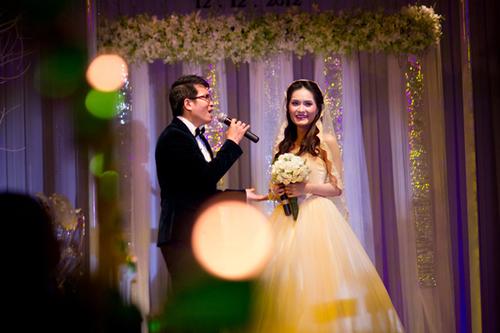 Mở đầu buổi lễ, cô dâu chú rể cùng song ca một bài hát lãng mạn.