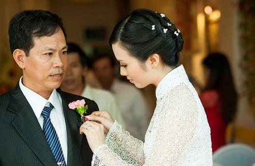 Trước đó, trong buổi lễ rước dâu, Huyền Trang mặc áo dài ren lưới màu trắng tinh khôi.