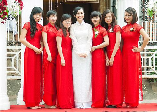 Giữa những phù dâu mặc áo dài đỏ, cô dâu Huyền Trang nổi bật hơn hẳn khi chọn áo màu trắng.